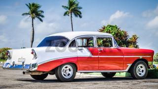 Rot weisser amerikanischer Oldtimer parkt unter blauem Himmel in Varadero Kuba - HDR - Serie Cuba Reportage