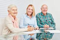 Senioren Paar mit Vertrag von Berater