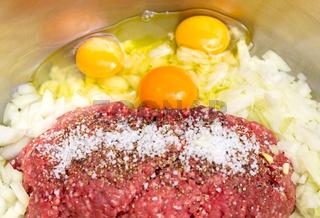 Vorbereitung eines Hackbraten mit Zwiebeln und Ei, rohes Hackfleisch - falscher Hase.