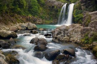 Tawhai Falls, Wasser faellt die Tawhai Faelle hinunter in ein Becken und fliesst dann weiter in einer schmalen Schlucht den Berg hinunter, Tongariro Nationalpark, Nordinsel, Neuseeland, Tawhai Falls, waters drop down Tawhai Falls into a basin and flow fur