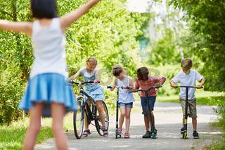 Gruppe Kinder vor einem Wettrennen