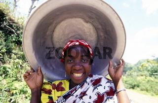 Eine Frau in der Stadt Mutsamudu auf der Insel Anjouan der Inselgruppe der Komoren im Indischen Ozean