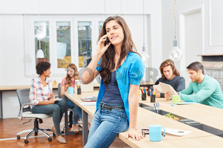 Junge Start-Up Frau telefoniert im Meeting