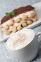 Nahaufnahme von einem Cappuccino mit Tiramisu