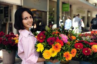 Frau mit vielen Blumen