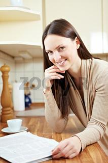 Frau mit Zeitung und Kaffee