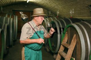 Winzer im Weinkeller