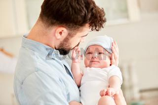 Neugeborenes Baby lächelt glücklich