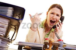 Frau schreit ins Telefon