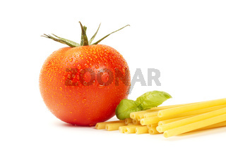 rohe makkaroni mit basilikum und tomate