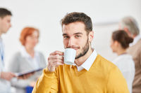 Business Mann trinkt entspannt Kaffee