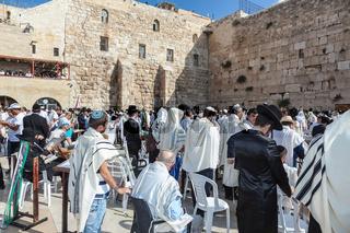 Huge crowd of faithful Jews