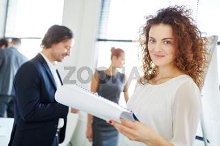 Geschäftsfrau organisiert Workshop