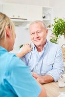 Pflegedienst Frau tröstet alten Mann