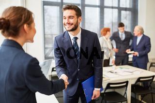 Berater beim Handschlag mit Business Frau