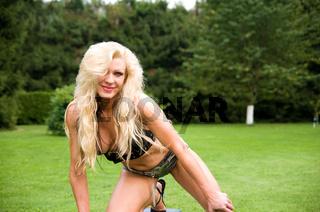 junge, blonde Frau beim Krafttraining