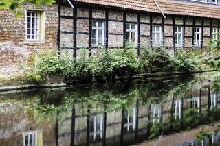 Spiegelung der Backsteinfassade mit Fachwerk, Wasserschloss Senden,Münsterland, NRW
