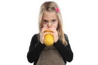 Kind Mädchen trinken Orangensaft Orangen Saft gesunde Ernährung Freisteller freigestellt isoliert