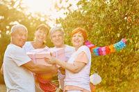 Senioren freuen sich über Geschenk