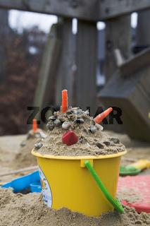 Spielsand auf Spielplatz im Eimer