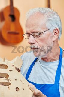 Alter Gitarrenbauer mit Erfahrung