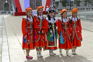 Gruppe junger Mädchen in traditioneller Deel-Kleidung, Ulanbator, Mongolei