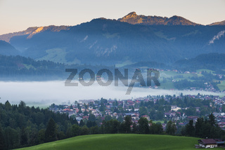 Stillachtal mit Frühnebel, Oberstdorf, dahinter Engenkopf, 1282m, Oberallgäu, Bayern, Deutschland, Europa