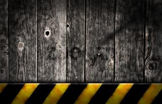 bretterwand mit gelb-schwarzem balken
