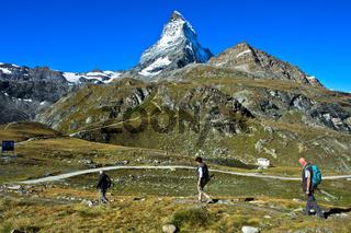 Drei Touristen im Wandergebiet Zermatt mit Matterhorn, Zermatt, Wallis, Schweiz