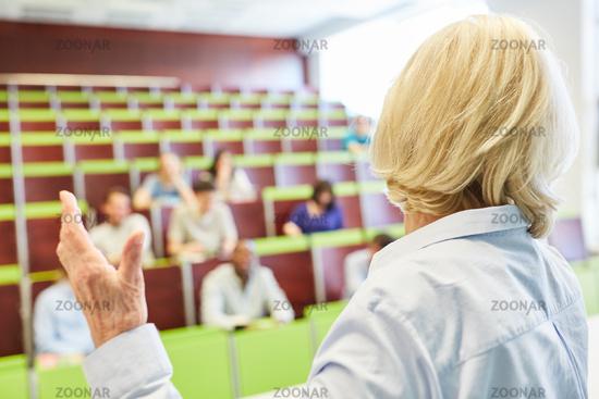 Dozentin erklärt den Stoff in einer Vorlesung