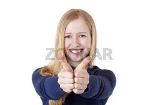 Junge, hübsche, blonde Frau zeigt glücklich beide Daumen nach oben