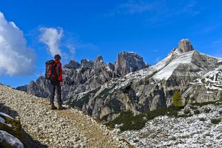 Wanderer auf dem Drei-Zinnen-Rundweg in den Sextner Dolomiten, Südtirol,Trentino-Alto Adige, Italien
