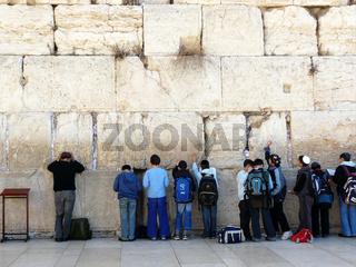 Cheder-Schueler beim Gebet an der Klagemauer