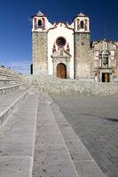 Treppe und Kirche, Mexico