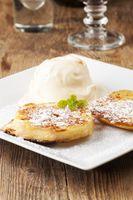 österreichische Apfelkuechle mit Vanilleeis