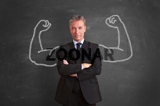 Erfolgreicher Geschäftsmann mit aufgemalten Muskeln