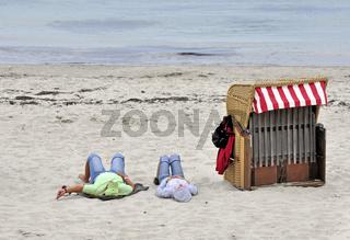 Strandkorb und Paar