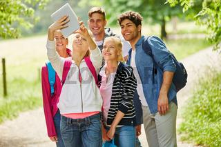 Wandergruppe macht ein Selfie