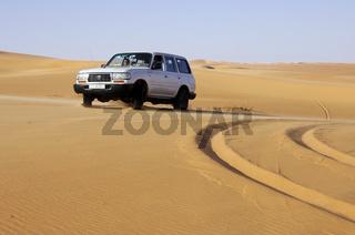 Geländewagen im Wüstensand