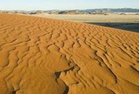 DŸüne mit Blick auf die Tirasberge, Namibia