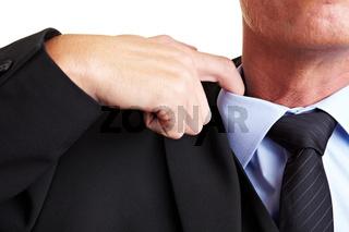 Hand lockert Hemdkragen