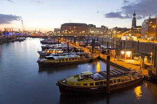 Hamburger Hafen zur blauen Stunde, Hamburg, Deutschland, Europa