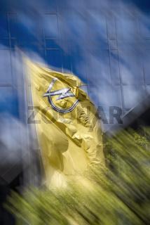 Fahne mit dem Logo von Opel