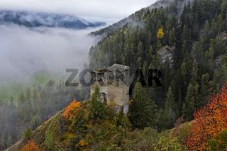 Ruine der Burg Tschanüff, Ramosch, Engadin, Graubünden, Schweiz