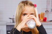 Mädchen Kind trinken Milch Glas gesunde Ernährung