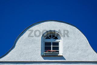 Haus mit Fenster und blauem Himmel