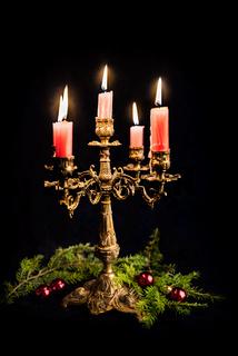 Weihnachtlicher Kerzenständer mit 5 brennenden Kerzen