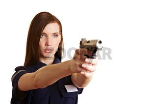 Polizistin schießt mit Pistole