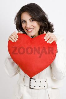 Junge Frau mit rotem Herz