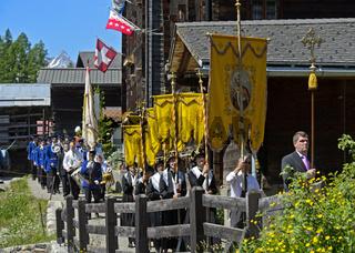Trachtenfrauen mit Kirchenbanner an der Fronleichnamsprozession, Blatten, Lötschental,Wallis,Schweiz